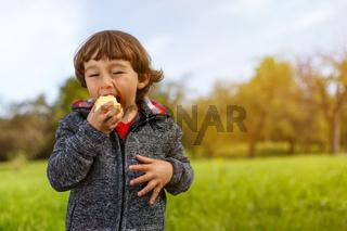 Kind Apfel Obst Früchte essen draußen Herbst Natur gesunde Ernährung Textfreiraum
