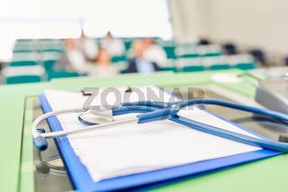 Stethoskop und Klemmbrett auf einem Rednerpult