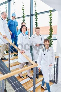 Ärzteteam der Chirurgie im Klinik Flur