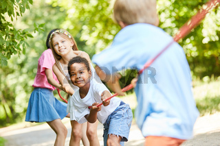 Gruppe Kinder beim Wettkampf im Tauziehen