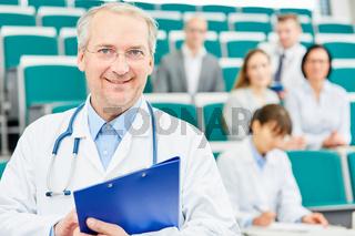 Mann als erfahrener Mediziner und Dozent