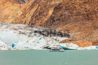 Pleasure boat floats to the glacier
