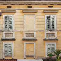 Nahaufnahme eines alten gelben Gebäudes in Kroatien