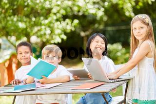 Gruppe Kinder im Computerkurs einer Grundschule