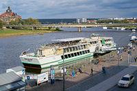 Ausflugsschiff im Hafen von Dresden