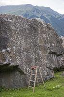 Boulderfels mit Kletterhilfe