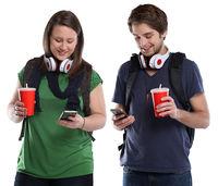 Junge Leute mit Handy Smartphone Cola Getränk jung Jugendliche Freisteller