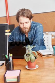 Mann als Programmierer und Nerd