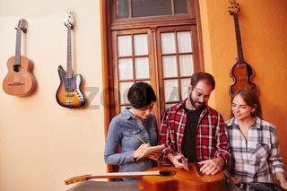 Gitarrenbauer bei der Qualitätskontrolle