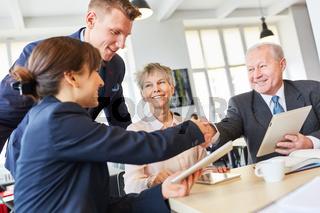 Ältere Geschäftsleute schließen Vertrag