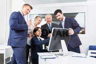Business Team am Computer Monitor