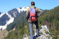 Wanderer blickt zum Berggipfel