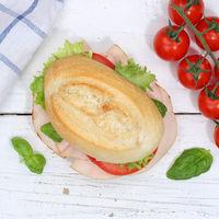 Brötchen Sandwich Baguette belegt mit Schinken Quadrat von oben auf Holzbrett