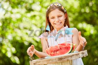 Geburtstagskind serviert frische Wassermelonen