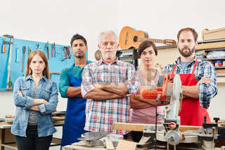 Gitarrenbauer Team in der Werkstatt