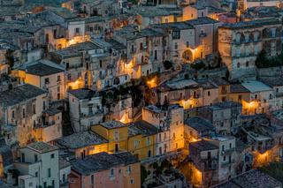 Die Altstadt von Ragusa Ibla bei Nacht
