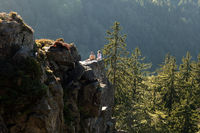 Zwei Kletterer sitzen auf dem Großen Kandelfelsen im Schwarzwald