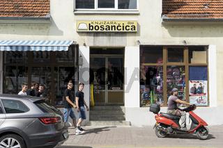 Laden in der Hauptstrasse von Sanski Most, Bosnien