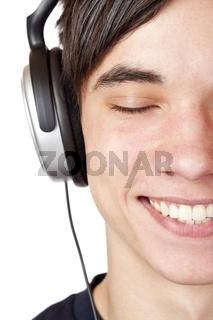 Nahaufnahme eines Jugendlichen der fröhlich Musik hört