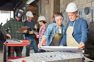 Gruppe Arbeiter im Betrieb für Metallbau