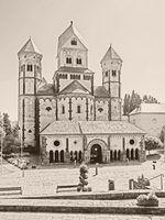 Außenaufnahme der Klosterkirche Maria Laach in der Eifel in sepia