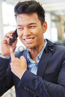 Geschäftsmann freut sich über eine Nachricht