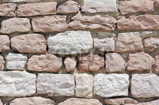 Mauer aus weißem und rosa Kalkstein