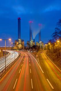 Autobahn und Kraftwerk bei Nacht