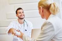 Freundlicher Arzt als Hausarzt