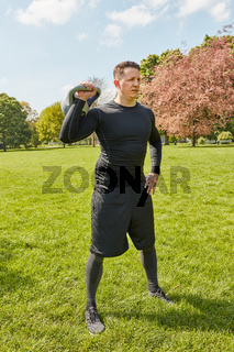 Mann bei Functional Training mit Kettlebell
