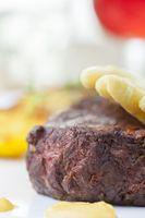weißer Spargel auf einem saftigen Steak