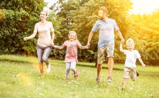 Aktive Familie macht Sport im Garten