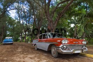 Amerikanischer roter Oldtimer parkt in Santa Clara Cuba - Serie Kuba Reportage
