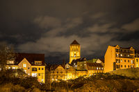 Blick auf die Nikolaikirche in Rostock bei Nacht