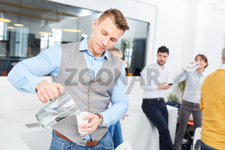 Junger Geschäftsmann macht eine Pause