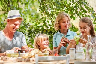 Familie und Kinder beim Frühstück oder Brunch