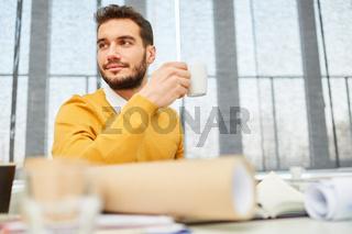 Mann macht eine Kaffeepause