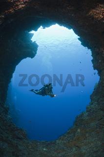 Taucher in Blue Hole Unterwasser-Hoehle