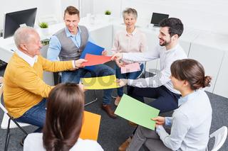 Geschäftsleute machen Teambuilding Übung