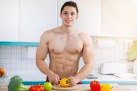 Essen zubereiten Gemüse schneiden junger Mann Mittagessen in der Küche gesunde Ernährung