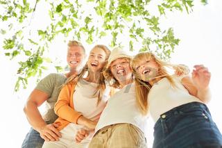 Familie und Kinder lachen ausgelassen