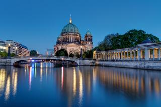 Der Berliner Dom und die Spree am Abend