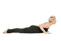 Yoga Frau in schwarz_Bhujangasana flach