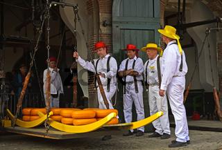 Käseträger an der Käsewaage, Käsemarkt von Alkmaar, Niederlande