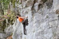 Kletterer an kleinem Felsen