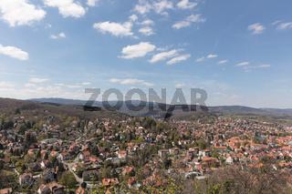 Stadt Wernigerode mit Harz Gebirge und Berg Brocken