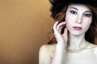 Emotionales Porträt einer jungen rothaarigen Frau mit Sommersprossen