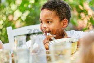 Afrikanischer Junge isst Müsli zum Frühstück