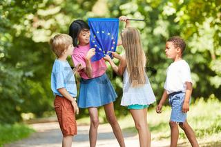 Kinder zählen die Sterne auf der Europa Flagge