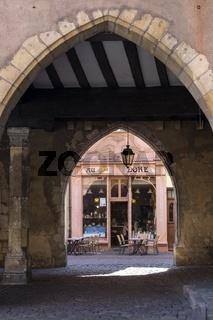 Blick durch den Torbogen der Polizeiwache zum Cafe Au Croissant Doré in der Rue des Marchands